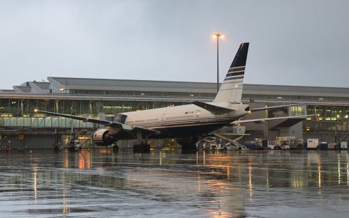 Przed wypychaniem, z pasażerami na pokładzie, jesienny, deszczowy wieczór