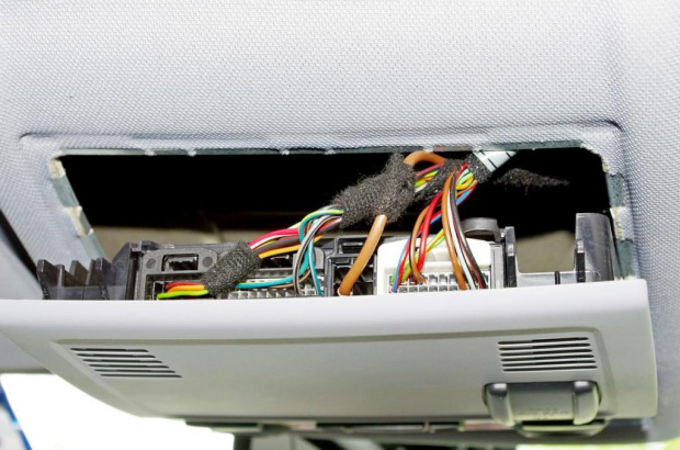 Zasilanie prądem w podsufitce BMW seria 1.