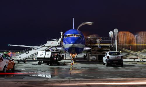 Pakowanie samolotu Cargo przed nocnym odlotem do Belgii