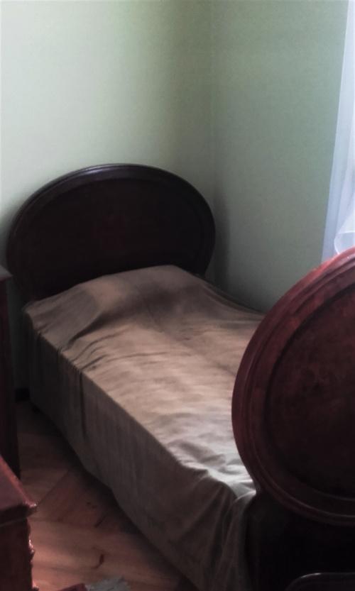 łóżko księdza Stefana kardynała Wyszyńskiego w izbie w Kozłówce