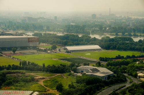 Arena ESPRIT to wielofunkcyjna arena w dzielnicy Stockum w stolicy Nadrenii Pólnocnej-Westfalii w Düsseldorfie.Za nią płynie rzeka Rheinpo polsku nazwana Ren #krajobrazy düsseldorf #deutschland #germany #niemcy,arenadüsseldorf,stockum