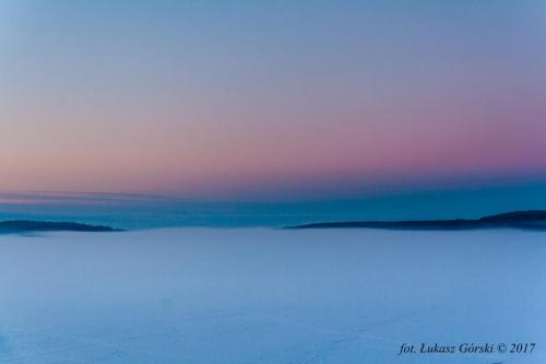 Zamarznięta tafla jeziora spowita mgłą podczas kolorowego zmierzchu #zmierzch #jezioro #mgła #zima #Chojnice