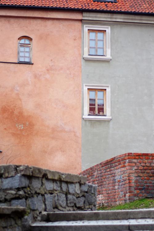 Dawny Dom Wikariuszy (obecnie J.Palikota)z częściowo barwionym tynkiem w kolorze cegły