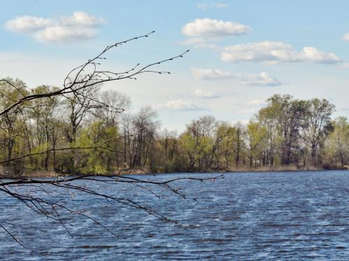w kwietniu nad jeziorem