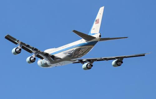 Air Force One ze swoim błyszczącym podwoziem odlatuje do Hamburga