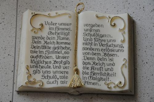 tak mi przyszlo sie ostroznie modlic ..a dlaczego?i.ksiega jest z wosku wiec jesli lzy zagorace spadna to sie rozstopi...alicjaszrednicka,modlitwa Ojcze nasz itp..ale po niemiecku..tylko ze Bog kazdego rozumie...