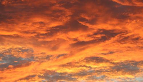 Sierpniowe wieczorowe niebo nad Warszawą bez obróbek graficznych
