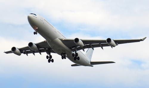 Albinos Airbus A340 lądujący w Warszawie