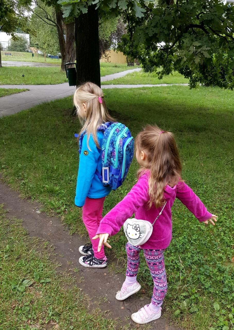 Siostry z plecakiem