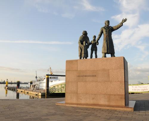 Bremerhaven -pomnik Emigrantow z tego placu wchodzi sie na pomost od ktorego odplywaja statki na wyspe Helgoland ,I ja na niej bylam ,miod i ...kawe :) pilam.. #Bremerhaven #pomik #emigrantow #historia #Bremerhaven