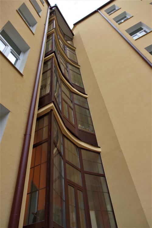 odnowiona kamienica z ciekawą klatką schodową przy ul.Cichej