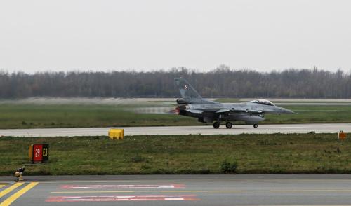 Startujący F-16 - cała ziemia drży