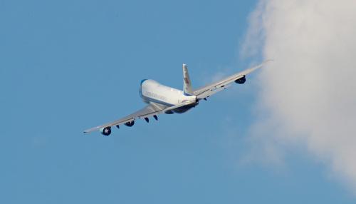 Air Force One z prezydentem USA na niebie