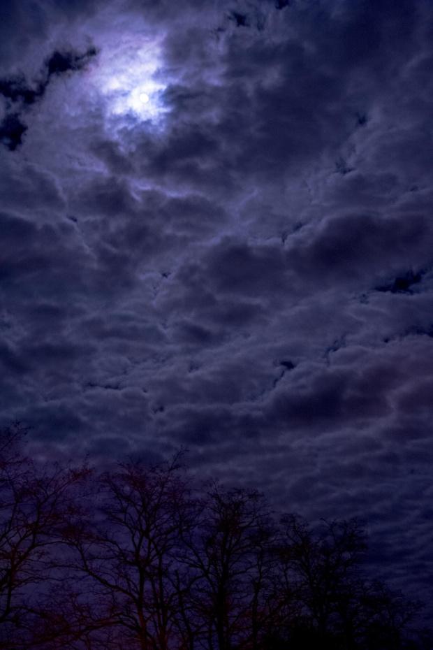 W nocy o północy przez szybę :P