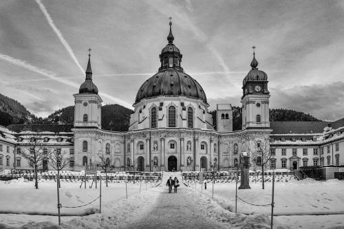 Wiki: Klasztor ETTAL – barokowy kompleks klasztorny w Ettal, niewielkiej miejscowości położonej 10 km na północ od Garmisch-Partenkirchen...Klasztor ten powstał na szlaku łączącym Augsburg z Weroną...