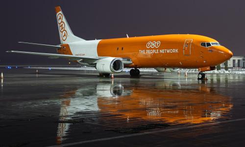 Stojący w deszczu oczekuje na swój nocny lot do Niemiec