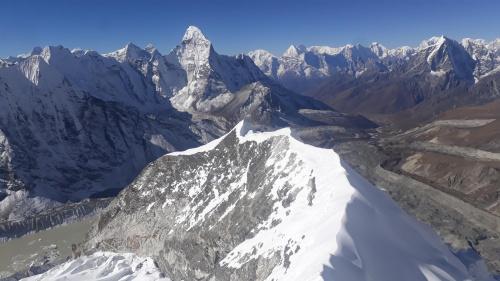 """Widok z wierzchołka Island Peak. Pogoda pozwoliła nam pozostać na szczycie tak długo jak chcieliśmy. Po osiągnięciu go w zasadzie zapomina się o """"rzadkim"""" powietrzu."""