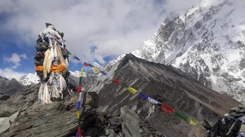Szczyt Chukhung Ri 5550m, z flagami modlitewnymi jak zawsze w pięciu kolorach. W głębi ciemny szczyt to Chukhung 5883m. Z prawej fragment Nuptse.