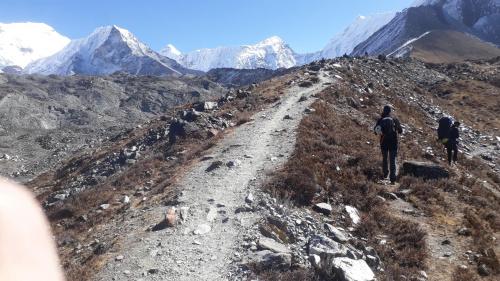 W drodze do BC. Nasza góra z lewej. Dwie trzecie naszej wyprawy z prawej. Jak widać naszym założeniem był atak szczytowy w stylu alpejskim, na lekko.
