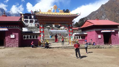 Klasztor w Tengboche na wysokości 3860m. Można go zwiedzać, można też przenocować w tej miejscowości, co wielu robi.