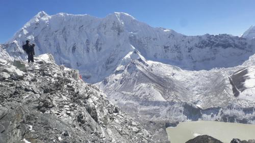 W drodze powrotnej ze szczytu. Z lewej Baruntse 7129m. Poniżej Imja Lake położone na wysokości około 5000m. Na wysokości 5800m zdecydowanie czuło się już więcej powietrza.
