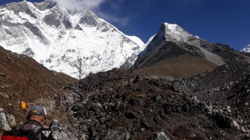 Już niedaleko do bazy. Z prawej Island Peak. Dla części osób baza byłą jedynie celem trekkingowym. Dla nas noclegiem w namiociku w temperaturze -10 stopni.