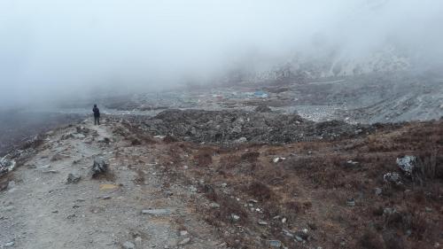 Typowa popołudniowa pogoda w Himalajach. Codziennie po południu przychodziły chmury, ale nigdy nie padało. Schodzimy do Chukhung 4700m. Na nogach od godziny 0.30, ale uznaliśmy, że mamy dość sił, żeby nie musieć nocować w namiocie w Island Peak BC.