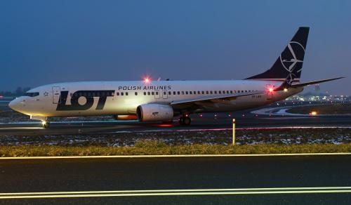 Boeing LOTu oczekujący na pozwolenie na start we wczesno-wieczorowej scenerii